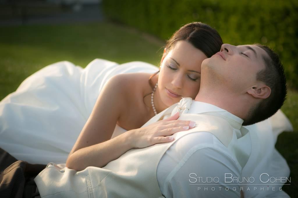 mariés aux yeux fermé. La mariée pose sa tête sur l'épaule de l'homme