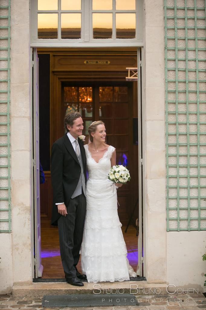 mariés debout au pas de la porte d'entrée de la Maison de Sylvie, Domaine de Chantilly
