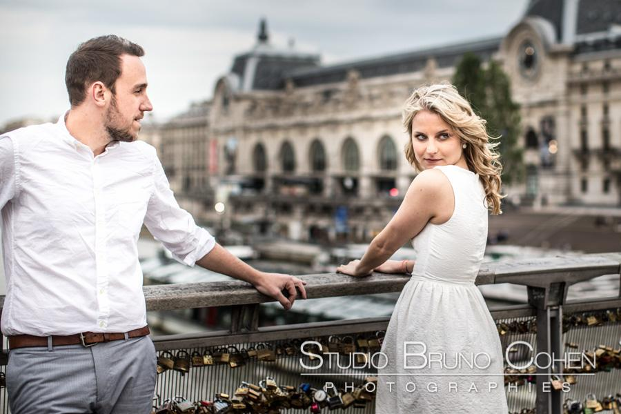 Portrait engagement a Paris passerelle solferino