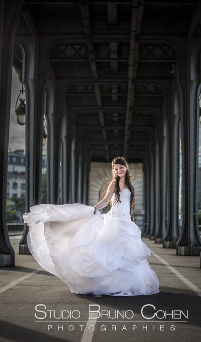 mariée dansant sous le pont de Bir-Hakeim Paris