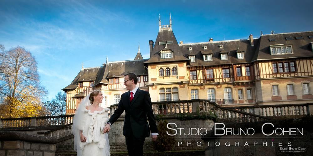 couple de mariés se regardant et marchant devant le chateau de montvillargenne photographie de mariage chantilly gouvieux
