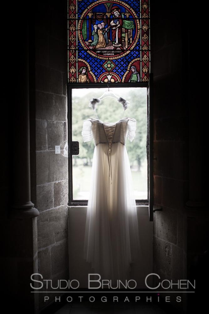 robe de la mariee devant une fenetre