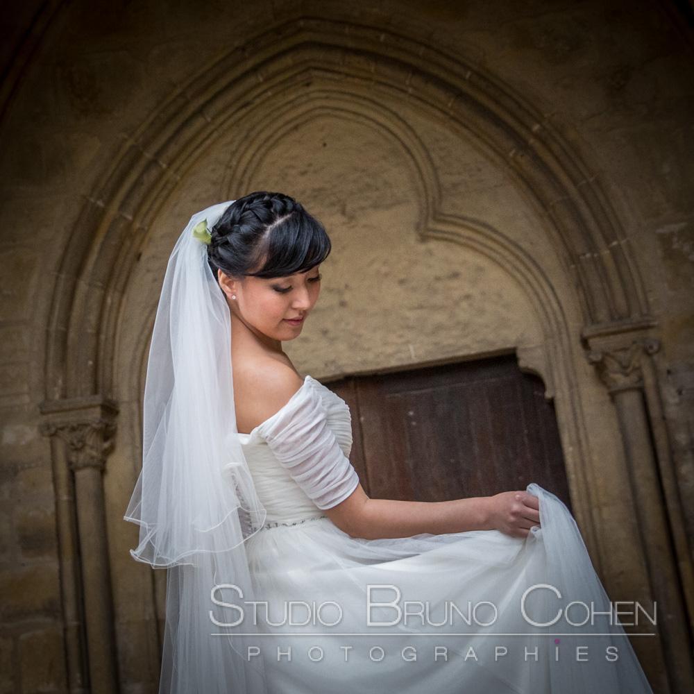 mariee qui joue avec sa robe dans le cloitre
