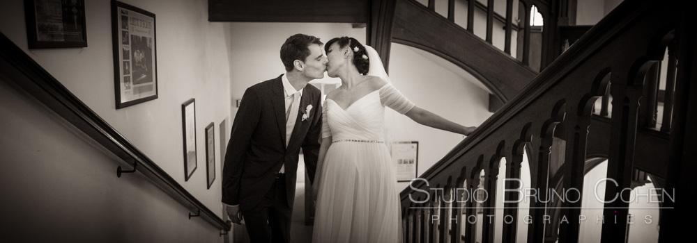 maries s'embrassent en montant les escaliers