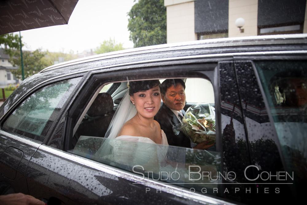 mariee avec son pere dans la voiture