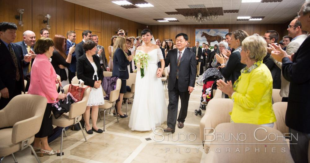 mariee arrive avec son pere et les invites applaudissent