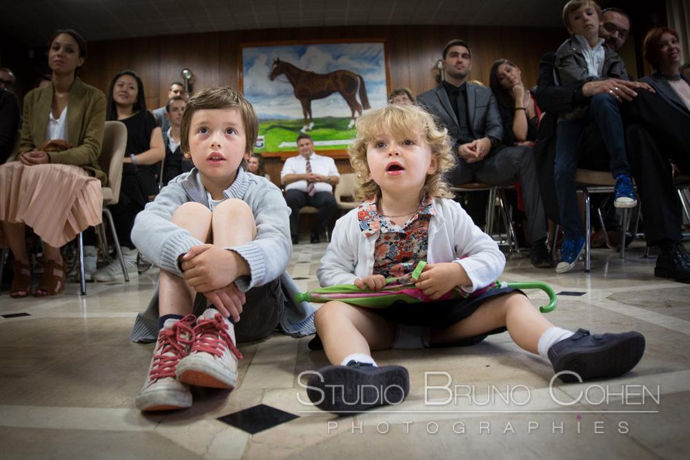 enfants assis avec invites en arriere plan