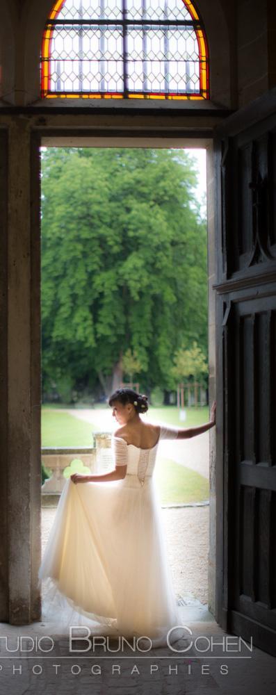 mariee prend la pose devant une porte ouverte
