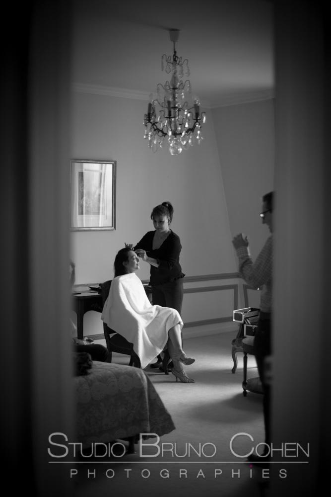 preparatif de la mariee, une dame la maquille