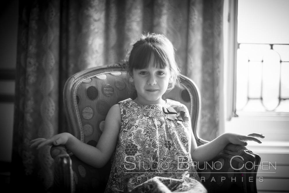 une enfant attend sur un fauteuil