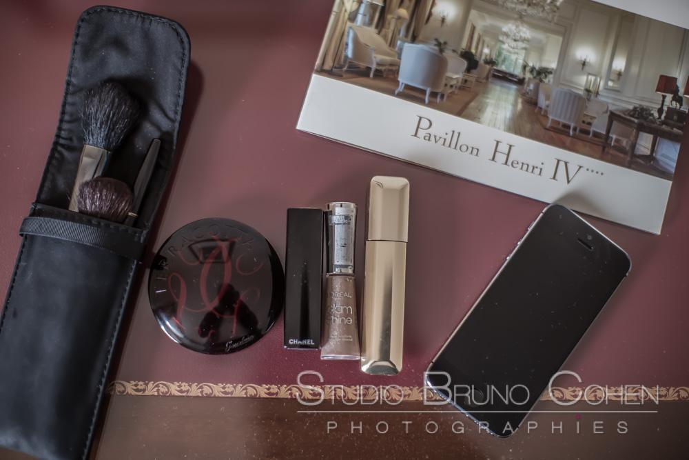 brochure du pavillon henry IV et ustensiles de maquillages