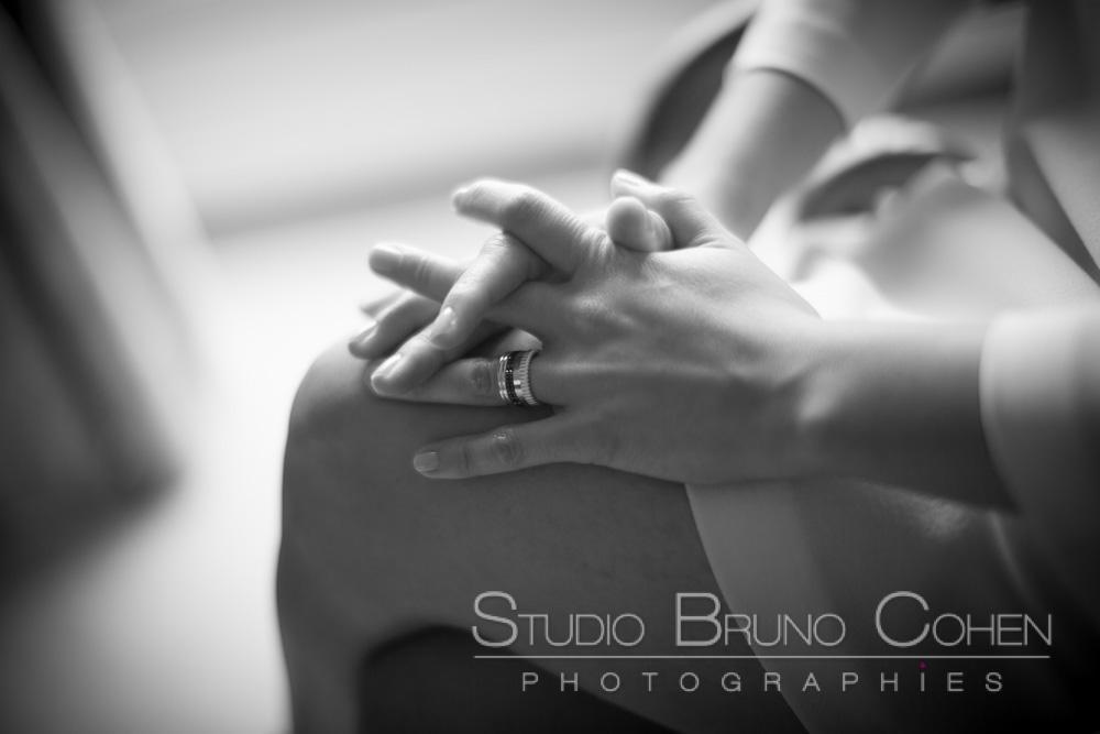 les mains de la mariee posees sur sa jambe