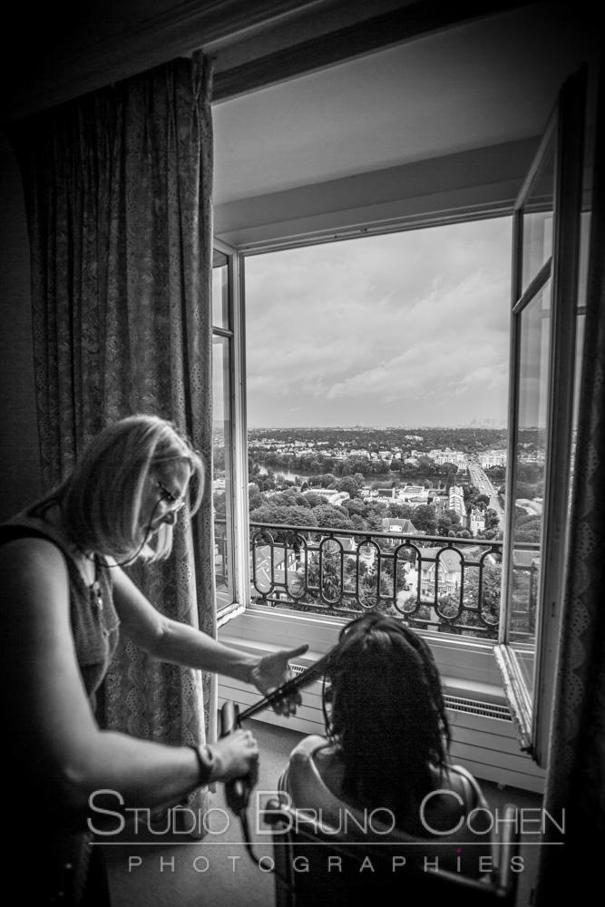 mariee se fait coiffer et regarde la vue sur paris
