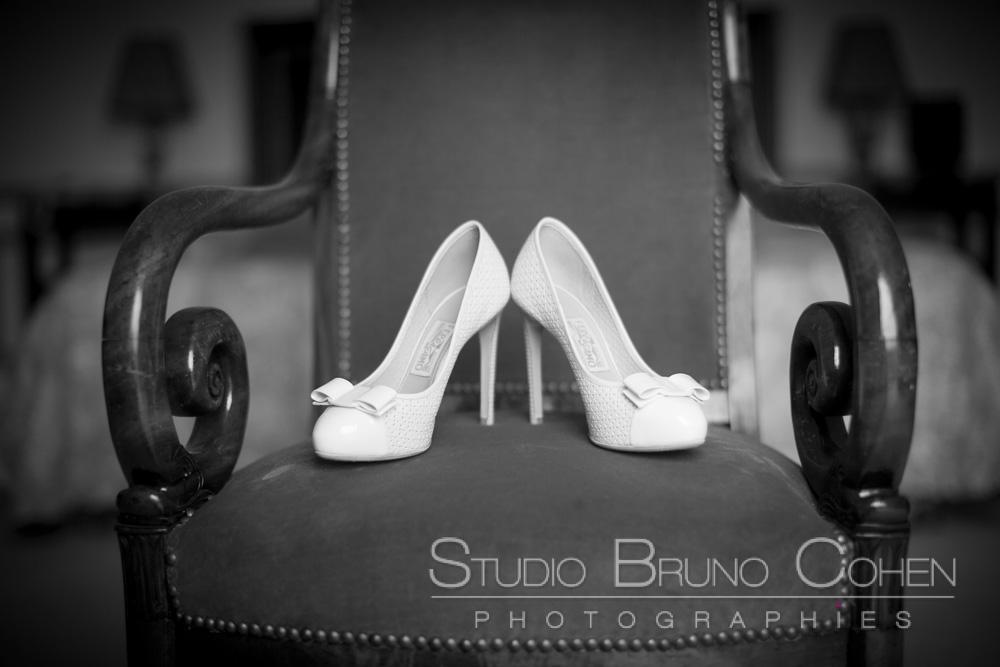 escarpins de la mariee sur un fauteuil
