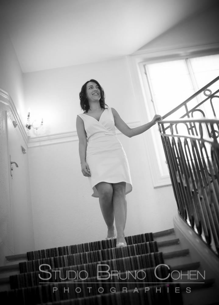 la mariee descend les escaliers pour decouvrir son mari