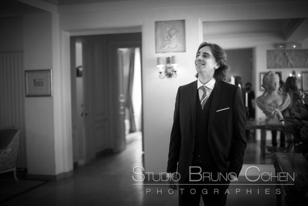 mari en bas des escalier attend de decouvrir sa femme