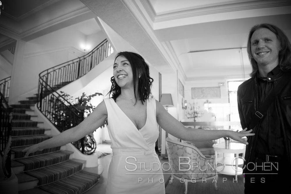 la mariee rigole avec un invite