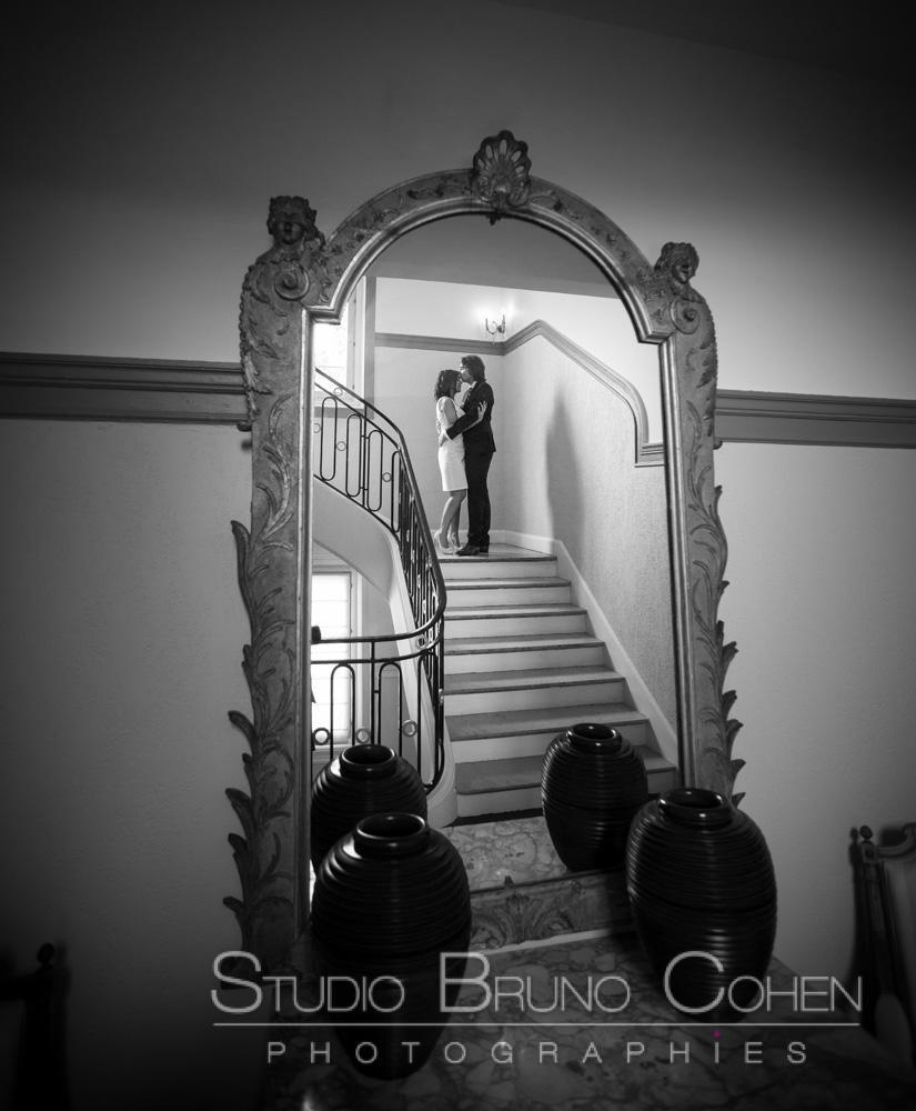 reflet dans le miroir des maries dans les escaliers