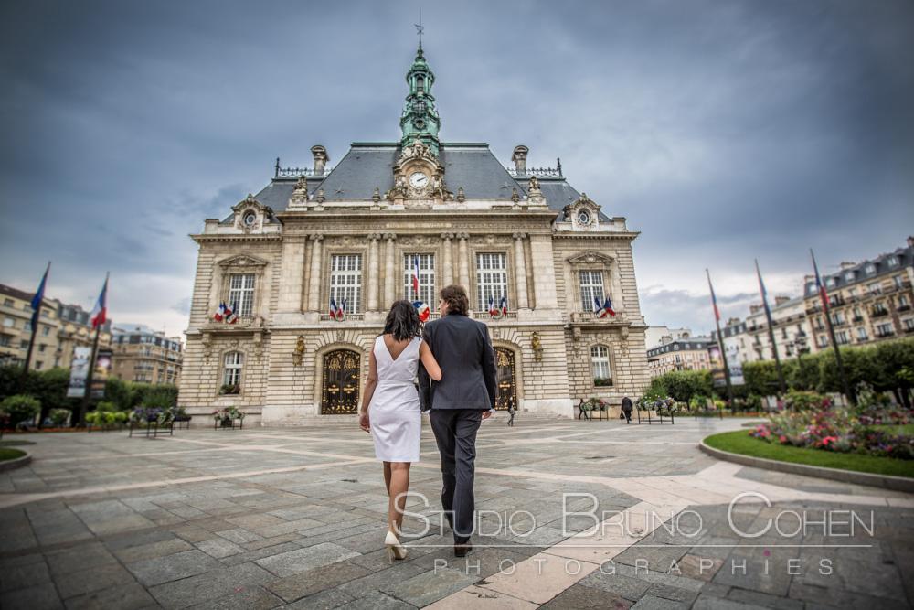 les maries avancent vers l'entree de la mairie de levallois perret