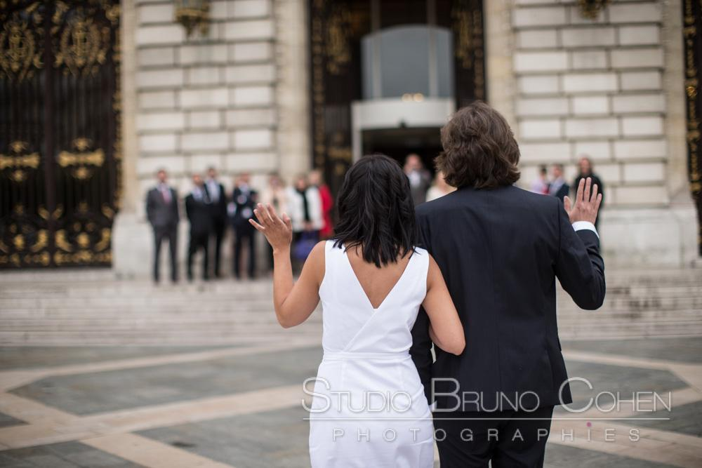 les maries font signe aux invites present devant la mairie