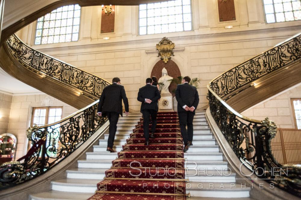 des invites montent les escaliers de la mairie