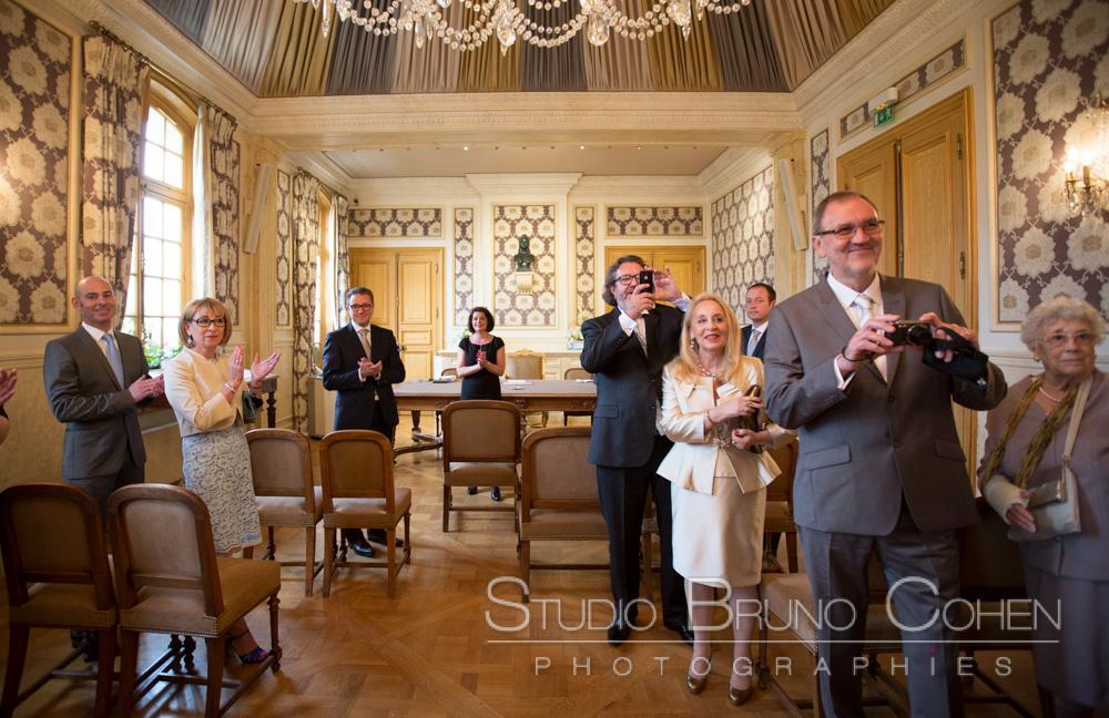 les invites dans la salle de mariage prennent en photo les maries