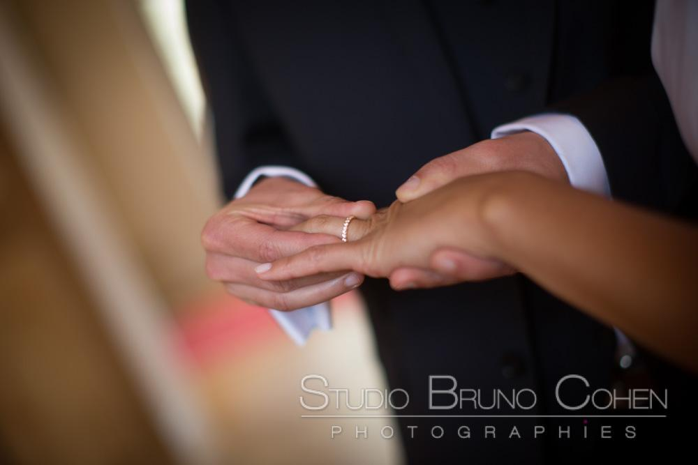 le mari enfile l'alliance sur le doigt de sa femme