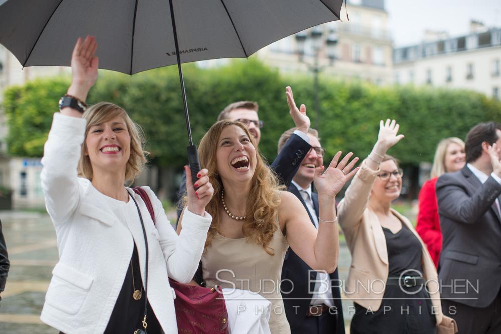 les invites dehors applaudissent les maries