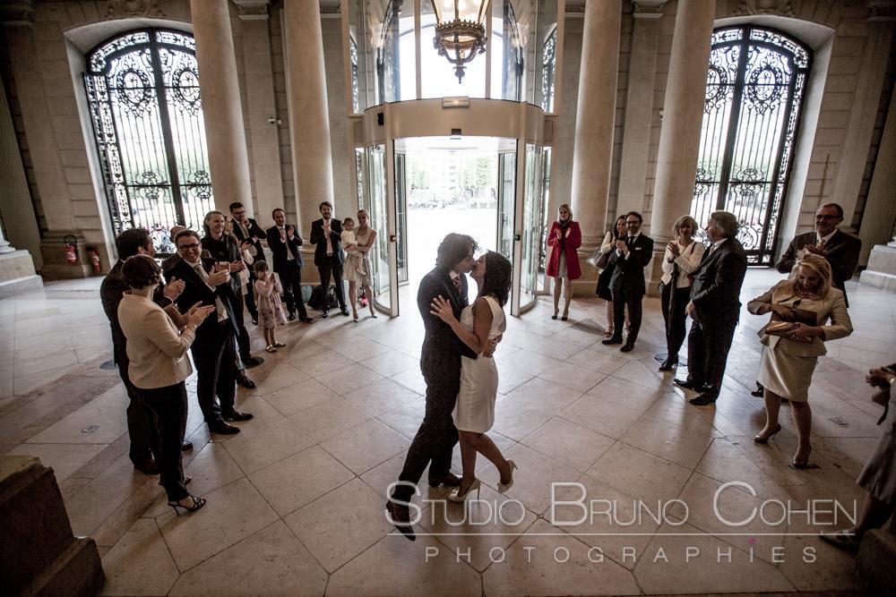 les maries s'embrassent devant les invites dans le hall de la mairie