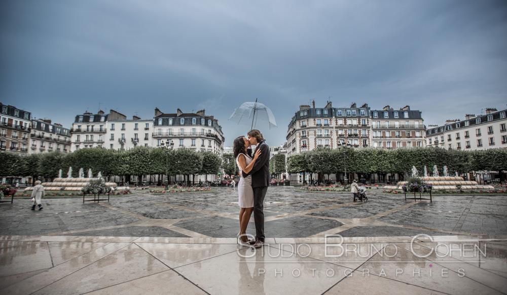 maries s'embrassent sous un parapluie