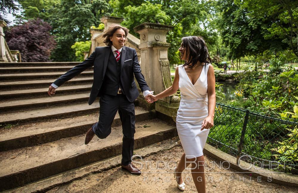 maries court en descendant un pont au parc monceau