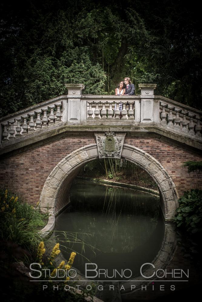 maries prennent la pose sur un pont du parc monceau