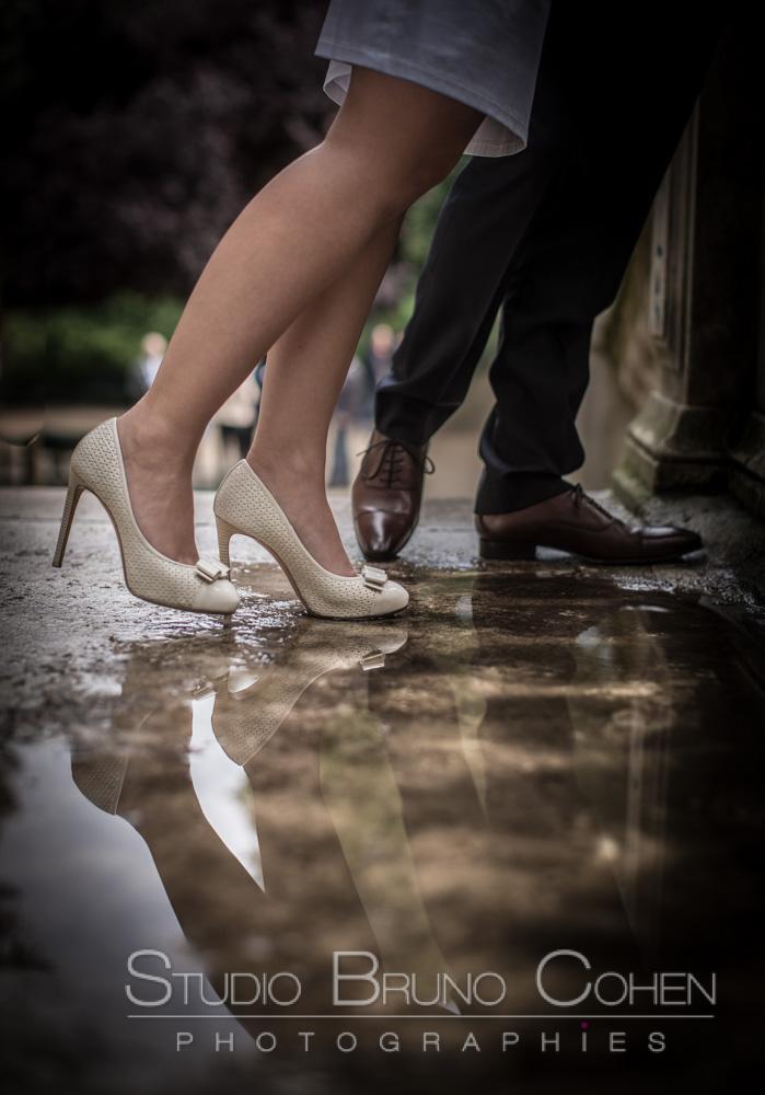 reflet des jambes des maries dans une flaque d'eau