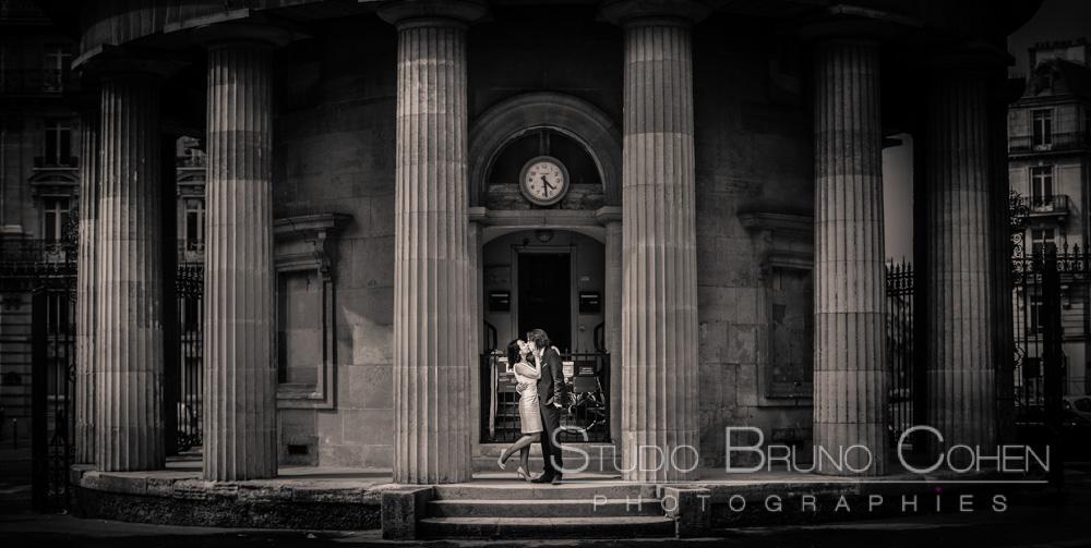 maries s'embrassent au milieu de colonnes d'un batiment