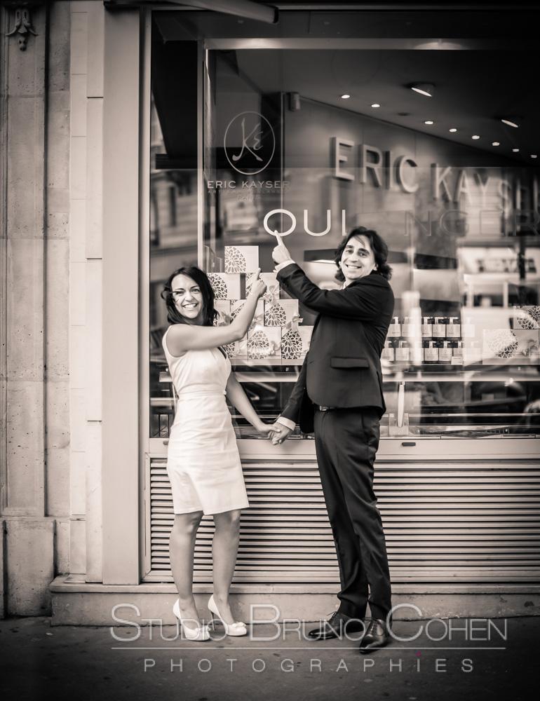 maries montrent une devanture de magasin KAYSER ou il est marqué oui