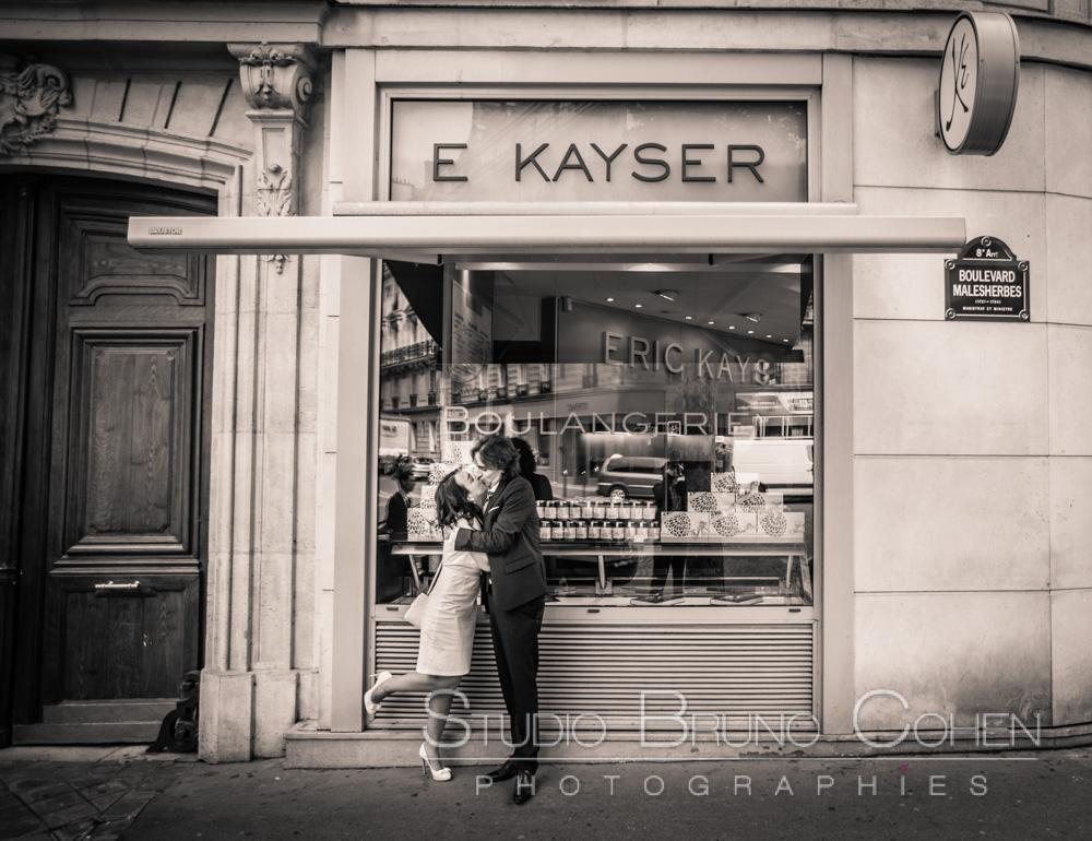 maries s'embrassent devant le magasin E KAYSER