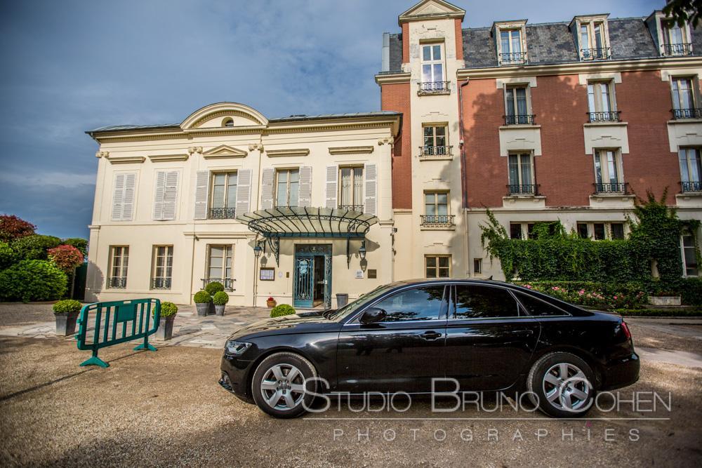 voiture des maries garé devant le pavillon henry IV