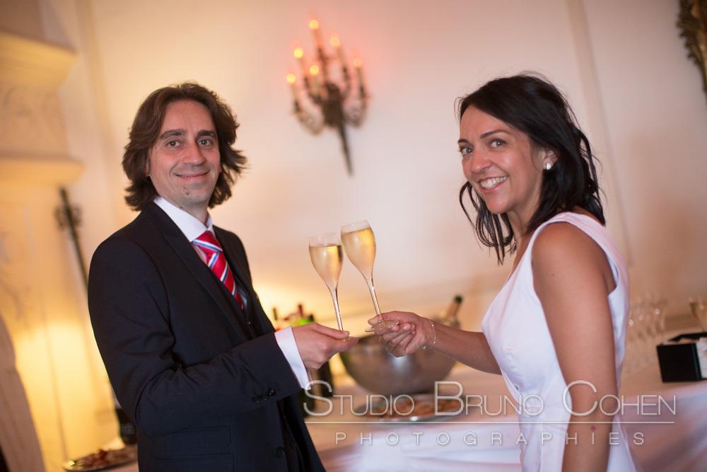 les maries trinquent au champagne