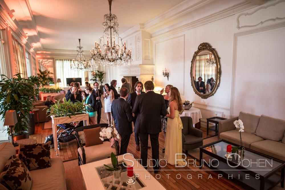 les maries et les invites discutent pendant le cocktail
