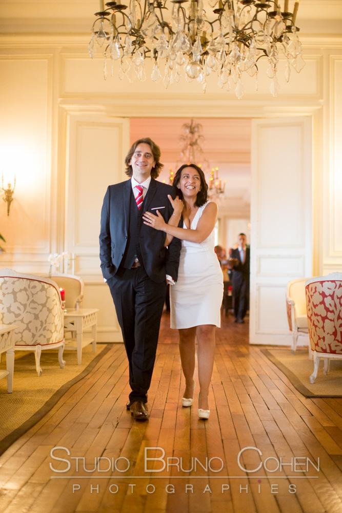 les maries marchent dans les couloirs du pavillon henry IV