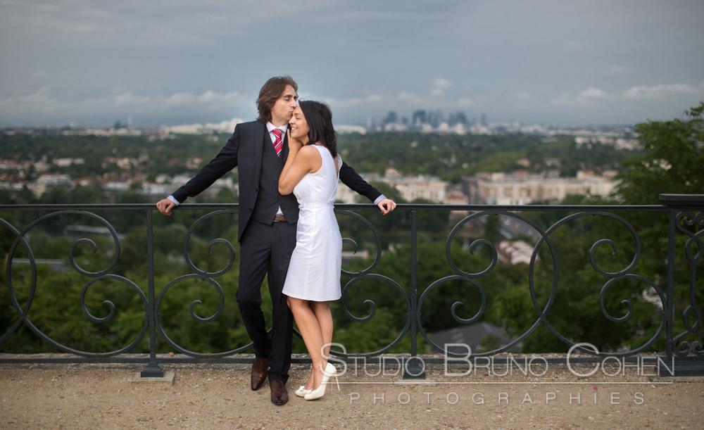 maries prennent la pose avec en arriere plan une vue de paris