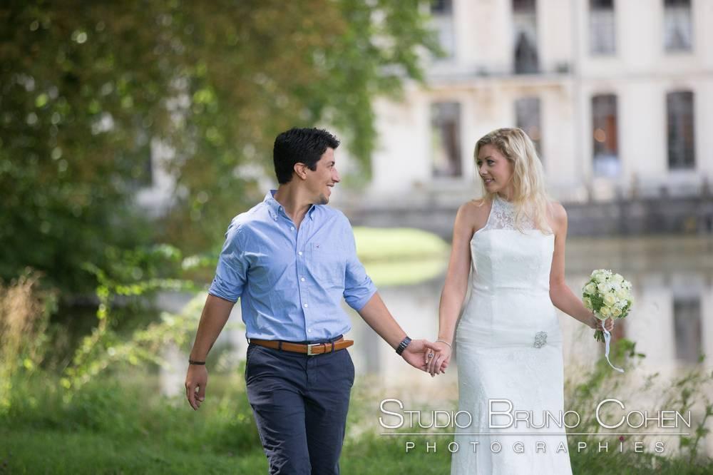 maries marchant avec en fond le chateau d'ermenonville
