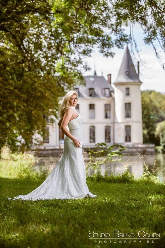 mariee pose devant le chateau d'emernonville et son etendue d'eau