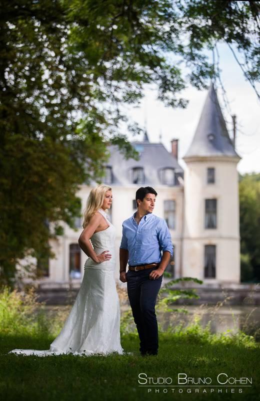 maries posant devant le chateau d'ermenonville