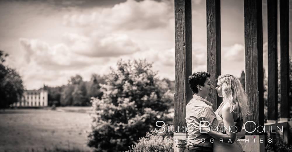 maries posant sous le haut vent chinois avec le cateau d'ermenonville en fond