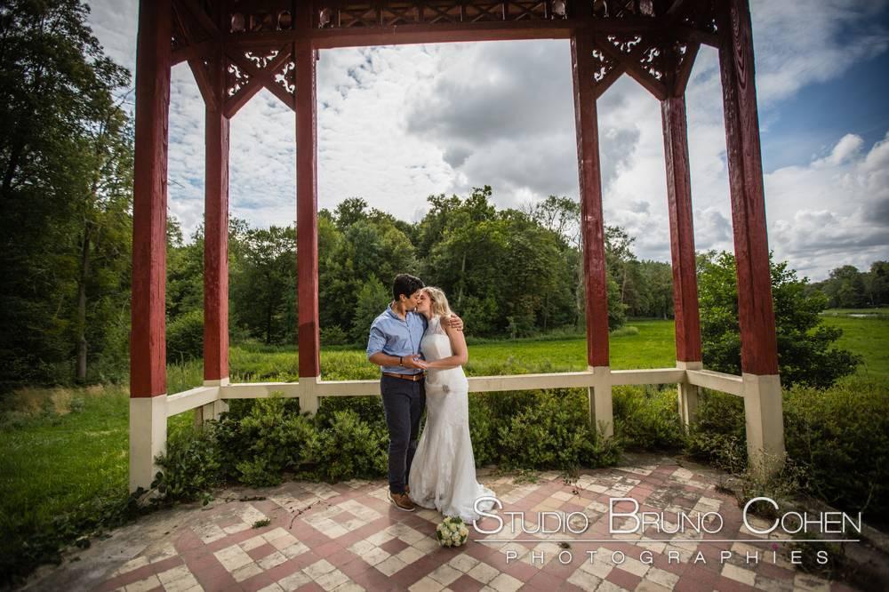 maries s'embrassant sous le haut vent chinois dans le parc du chateau d'ermenonville