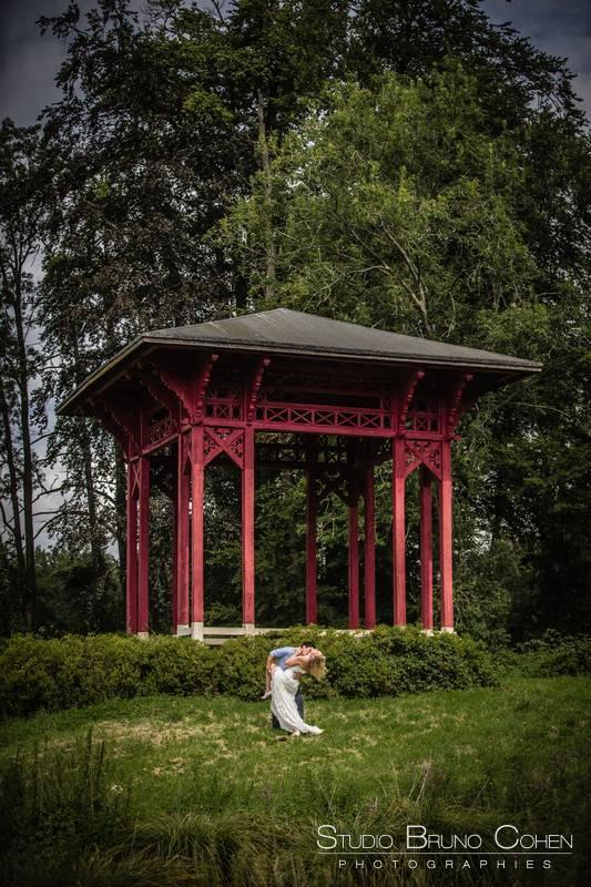 maries dans le parc du chateau d'ermenonville devant le haut vent chinois