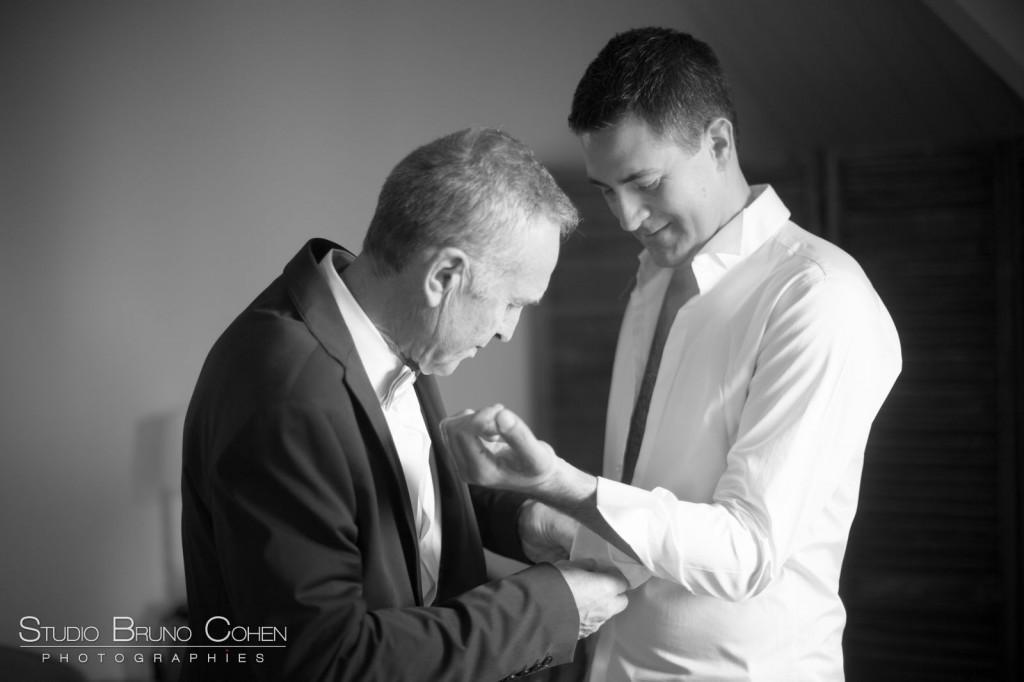 habillage d'un marié avec son témoin noir et blanc