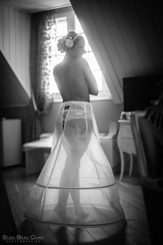 mariée en contre jour vétue de son jupon translucide