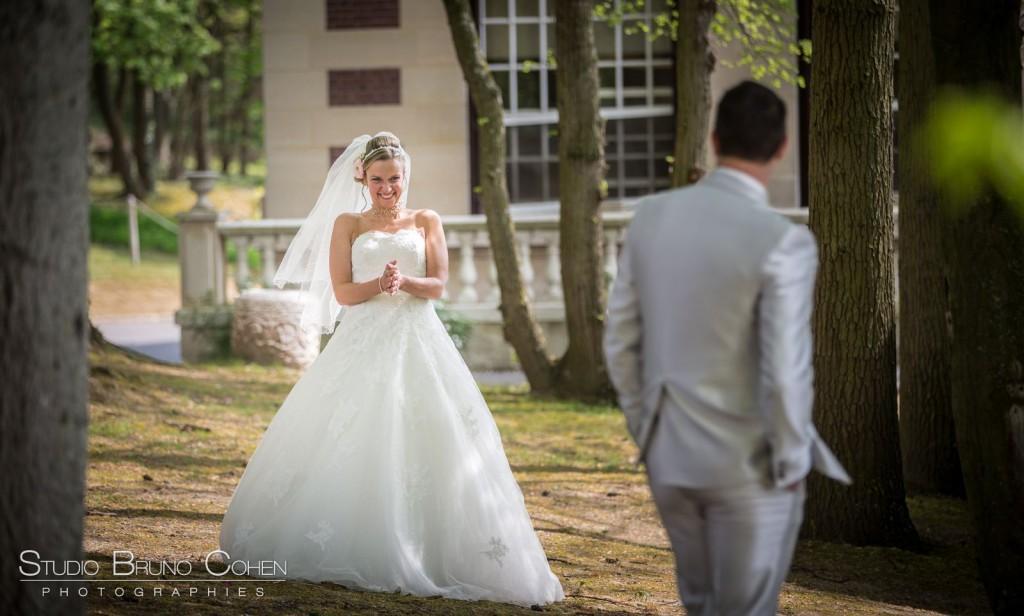 marié se retourne et découvre la mariée dans le parc du Chateau de la Tour
